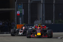 Max Verstappen, Red Bull Racing RB13 et Kevin Magnussen, Haas F1 Team VF-17