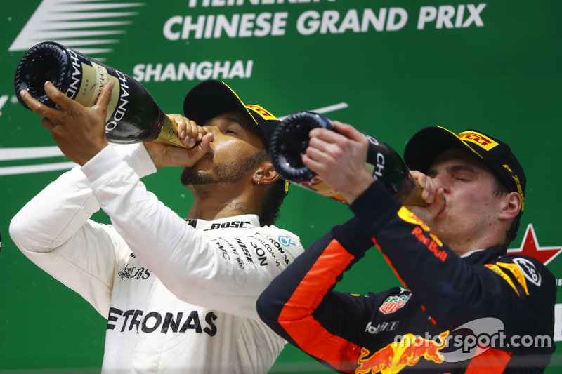 Льюис Хэмилтон, Mercedes AMG, и Макс Ферстаппен, Red Bull Racing