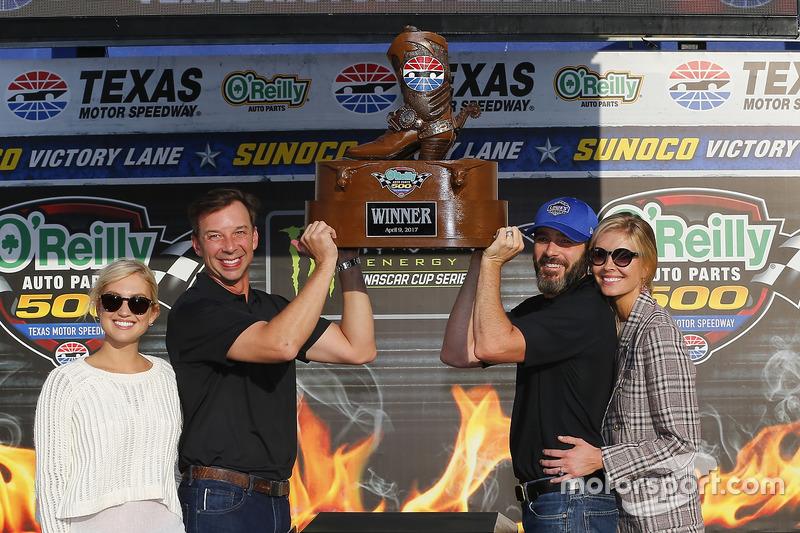 1. Jimmie Johnson, Hendrick Motorsports, Chevrolet, mit Ehefrau Chanda, Crewchief Chad Knaus und dessen Ehefrau Brooke Werner