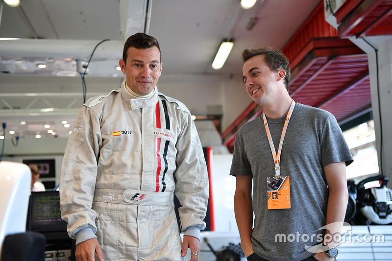 Актер Фрэнки Мунис и телеведущий NBC Уилл Бакстон, пассажиры F1 Experiences