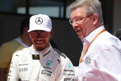 Гонщик Mercedes AMG F1 Льюис Хэмилтон, управляющий директор FOM Росс Браун