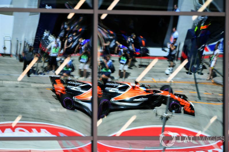 Fernando Alonso, McLaren MCL32 reflection