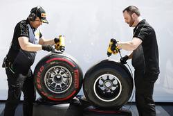 Інженери Pirelli працюють із шинами