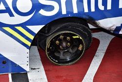 Zerfetzter Reifen am Auto von 1. Jimmie Johnson, Hendrick Motorsports, Chevrolet
