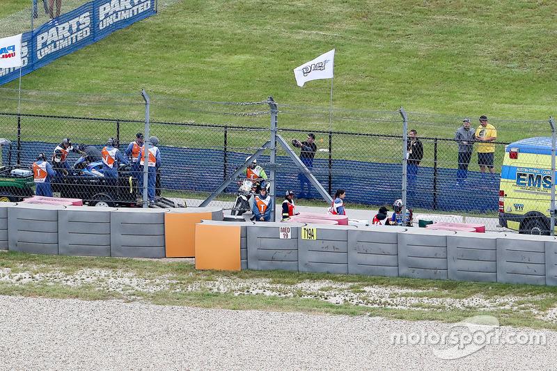 Alex Rins, Team Suzuki MotoGP, con personal médico después de su accidente