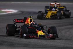 Макс Ферстаппен, Red Bull Racing RB13, и Нико Хюлькенберг, Renault Sport F1 RS17