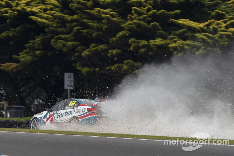 Craig Lowndes, Triple Eight Race Engineering Holden, crash