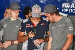 Stoffel Vandoorne, McLaren, avec Carlos Sainz Jr., Scuderia Toro Rosso, et Fernando Alonso, McLaren