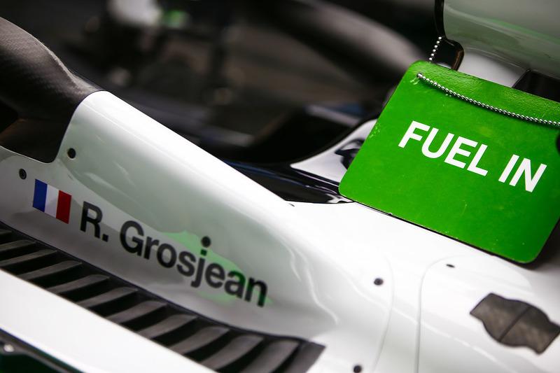 Табличка «Fuel In» на автомобиле VF-18 Ромена Грожана, Haas F1 Team
