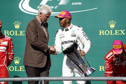 Former US President Bill Clinton presents Race winner Lewis Hamilton, Mercedes AMG F1, with the winners trophy