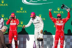 Tercero Kimi Raikkonen, Ferrari celebra con Bill Clinton, Sebastian Vettel, Ferrari, Lewis Hamilton, Mercedes AMG F1
