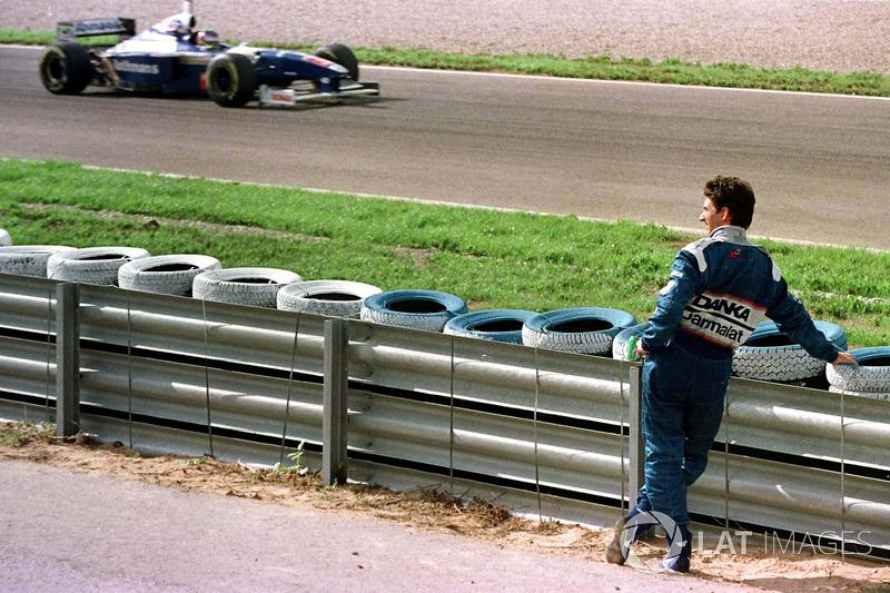 Damon Hill regarde passer le nouveau Champion du monde