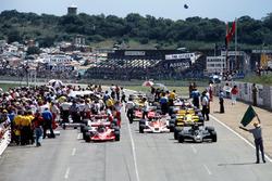 Mario Andretti, Lotus 78 Ford, Nikim Lauda, Brabham BT46 Alfa Romeo alla partenza