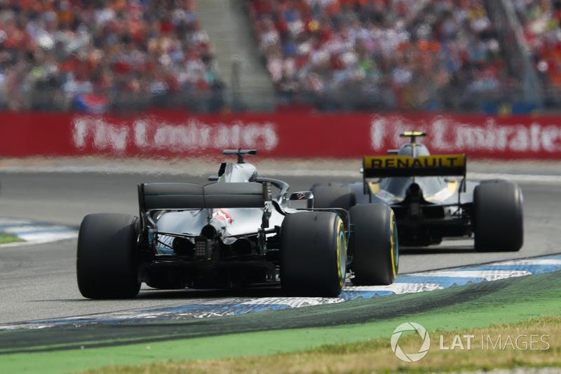 Lewis Hamilton, Mercedes AMG F1 W09, segue Carlos Sainz Jr., Renault Sport F1 Team R.S. 18
