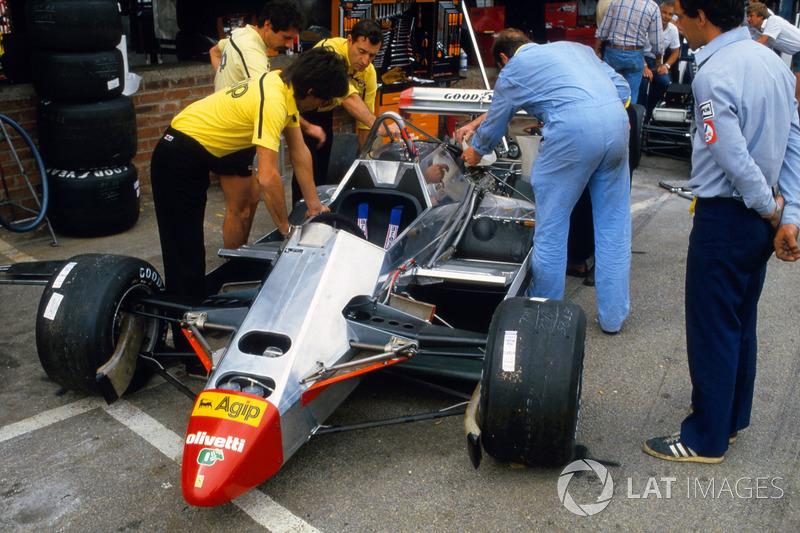 Los mecánicos, con el Ferrari 126C2 de Didier Pironi.