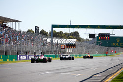 Stoffel Vandoorne, McLaren MCL33 Renault, devant Lewis Hamilton, Mercedes AMG F1 W09, and Sergio Perez, Force India VJM11 Mercedes