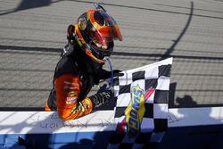 Il vincitore della gara Martin Truex Jr., Furniture Row Racing, Toyota Camry Bass Pro Shops/5-hour ENERGY