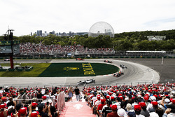 Valtteri Bottas, Mercedes AMG F1 W09, por delante de Max Verstappen, Red Bull Racing RB14, Lewis Hamilton, Mercedes