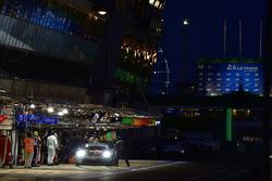 #77 Proton Competition Porsche 911 RSR: Christian Ried, Julien Andlauer, Matt Campbell, pit stop