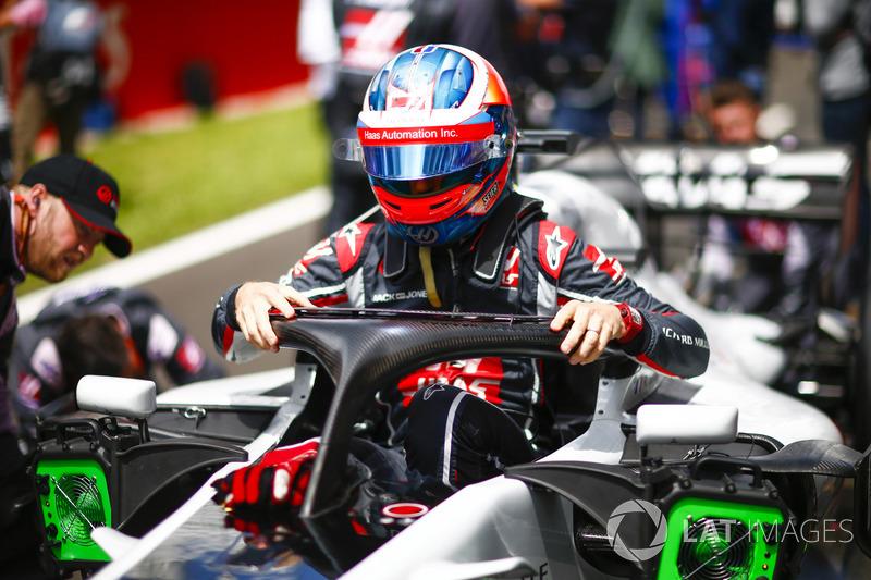 Romain Grosjean, Haas F1 Team, esce dall'abitacolo della sua monoposto, in griglia