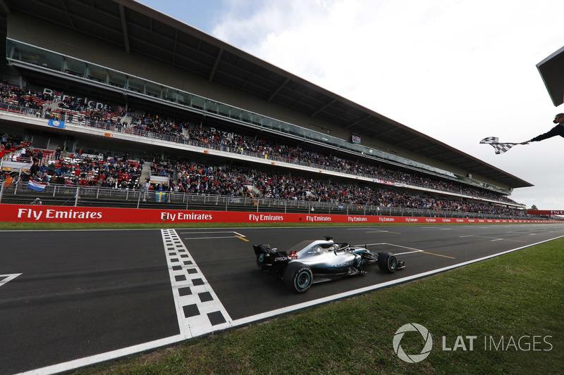 Lewis Hamilton, Mercedes AMG F1 W09, toma la bandera a cuadros en el final