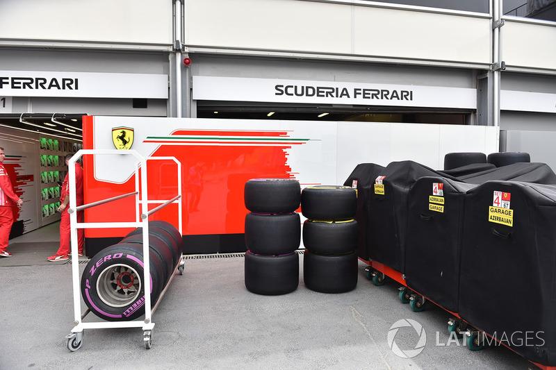 Le garage Ferrari avec des pneus Pirelli