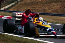 Найджел Мэнселл подвозит на своей Williams Judd пилота Ferrari Герхарда Бергера