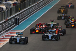 Lewis Hamilton, Mercedes F1 W07 Hybrid, voor Nico Rosberg, Mercedes F1 W07 Hybrid, Kimi Raikkonen, Ferrari SF16-H, Daniel Ricciardo, Red Bull Racing RB12, en de rest van het veld