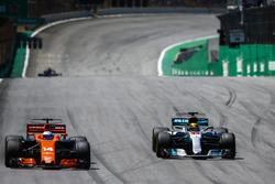 Lewis Hamilton, Mercedes AMG F1 W08, dépasse Fernando Alonso, McLaren MCL32