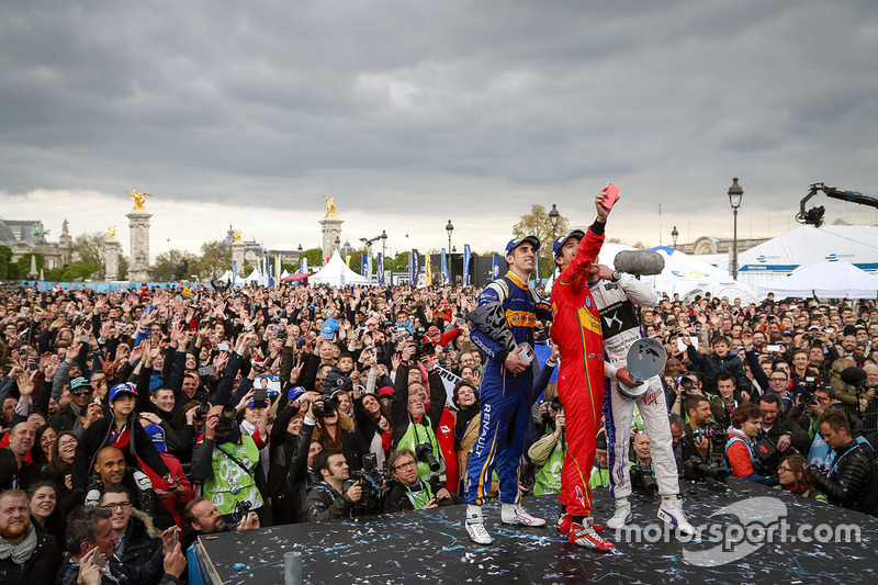 Podium: selfie with winner Lucas di Grassi, ABT Schaeffler Audi Sport, second place Jean-Eric Vergne, DS Virgin Racing, third place Sébastien Buemi, Renault e.Dams