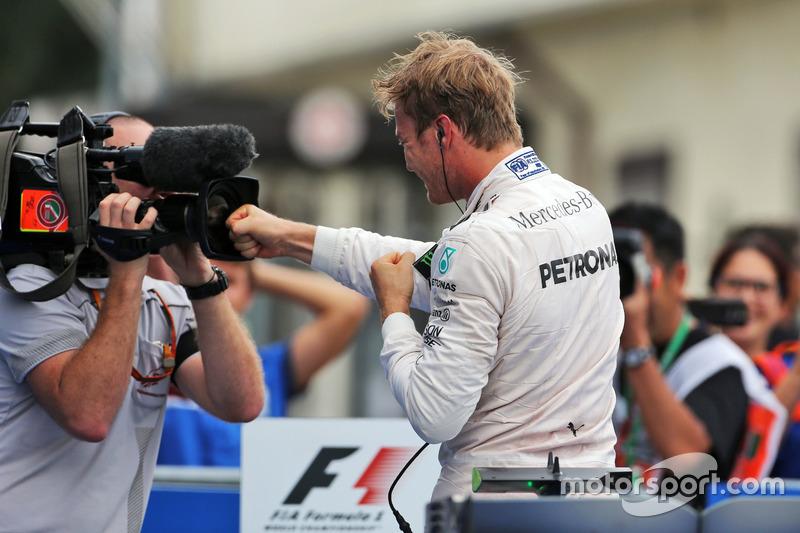 Ganador de la carrera Nico Rosberg, Mercedes AMG F1 celebra en parc ferme