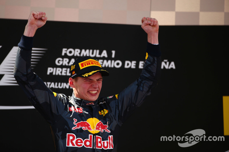 Ganador de la carrera, Max Verstappen, Red Bull Racing celebra en el podio