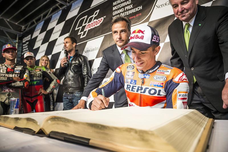 Marc Marquez, Repsol Honda Team, unterschreibt bei der MotoGP-Parade im Goldenen Buch der Stadt Graz.