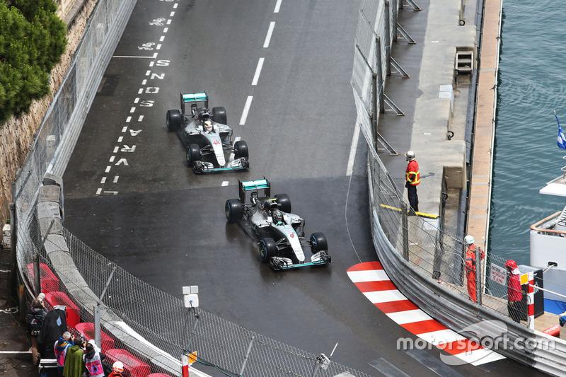 Nico Rosberg, Mercedes AMG F1 W07 Hybrid precede il compagno di squadra Lewis Hamilton, Mercedes AMG F1 W07 Hybrid