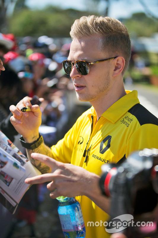 Kevin Magnussen, Renault Sport F1 Team signeert handtekeningen voor de fans