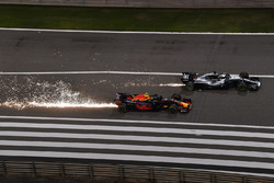 Max Verstappen, Red Bull Racing RB14 and Lewis Hamilton, Mercedes-AMG F1 W09 EQ Power+ en bataille