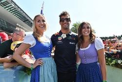 Daniel Ricciardo, Red Bull Racing, con delle ragazze