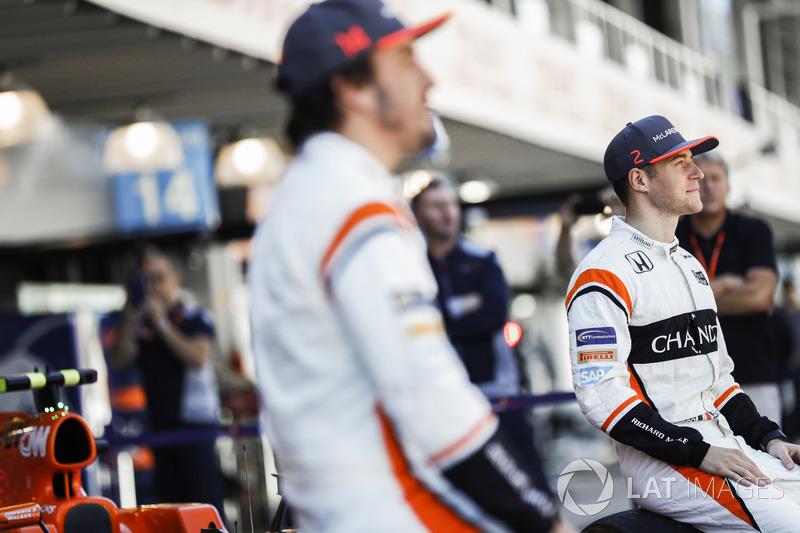Fernando Alonso y Stoffel Vandoorne, en la foto del equipo McLaren