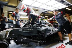 Antonio Giovinazzi, Haas F1 Team VF-17, with halo
