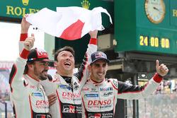 Les vainqueurs de la #8 Toyota Gazoo Racing Toyota TS050 : Sébastien Buemi, Kazuki Nakajima, Fernando Alonso