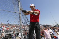Grand Marshal, Helio Castroneves, Team Penske Chevrolet, gives the command to start engines from the fence