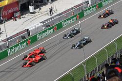 Sebastian Vettel, Ferrari SF71H e Kimi Raikkonen, Ferrari SF71H al comando alla partenza della gara