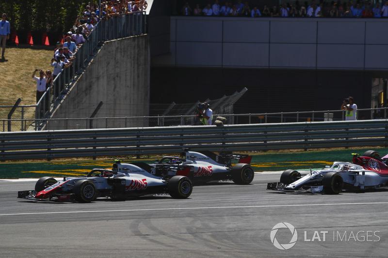 Kevin Magnussen, Haas F1 Team VF-18, devant Romain Grosjean, Haas F1 Team VF-18, et Charles Leclerc, Sauber C37