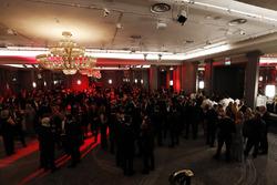Los invitados disfrutan de una recepción con champán