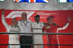 Valtteri Bottas, Mercedes-AMG F1, il Dr. Dieter Zetsche, CEO Daimler AG, Lewis Hamilton, Mercedes-AMG F1 e Kimi Raikkonen, Ferrari, festeggiano sul podio