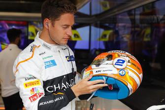 Stoffel Vandoorne, McLaren,Inspecciona el diseño de su casco especial para su carrera en casa.