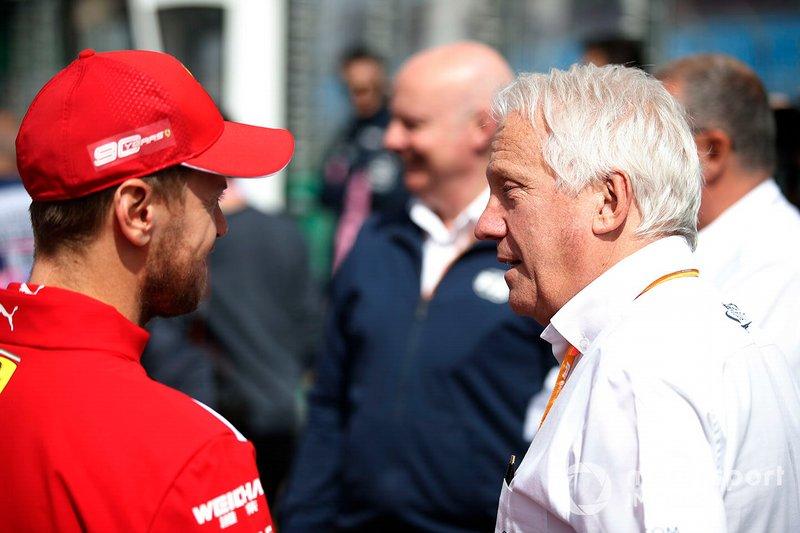 Sebastian Vettel, Ferrari, con el director de carrera de la FIA, Charlie Whiting