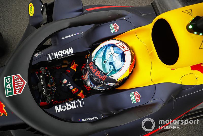Daniel Ricciardo, Red Bull Racing, espera al final del pit lane