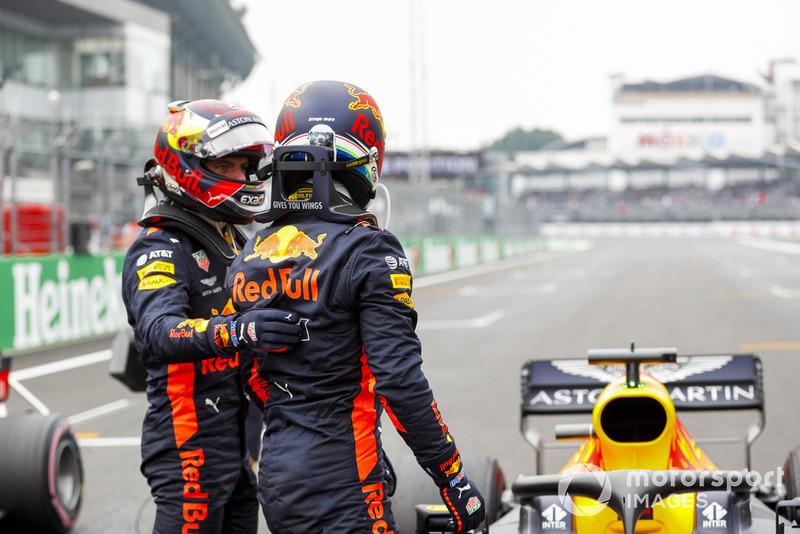 Max Verstappen, Red Bull Racing, felicita a Daniel Ricciardo, Red Bull Racing por su pole position