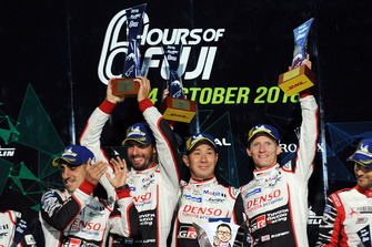 Podio LMP1: los ganadores Mike Conway, Kamui Kobayashi, Jose Maria Lopez, Toyota Gazoo Racing
